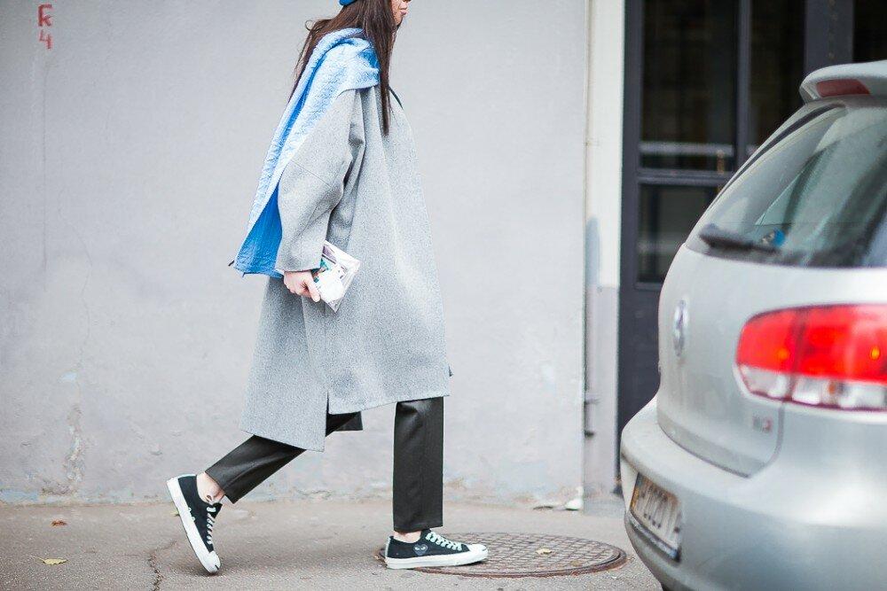 Узкие брюки, кеды, шарф из плюша - это хорошие детали для образа.