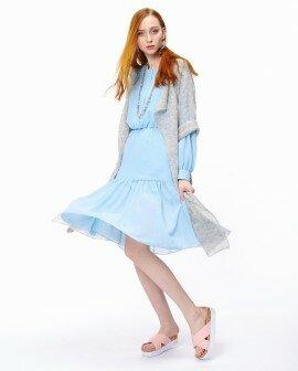 Голубое платье с длинным рукавом